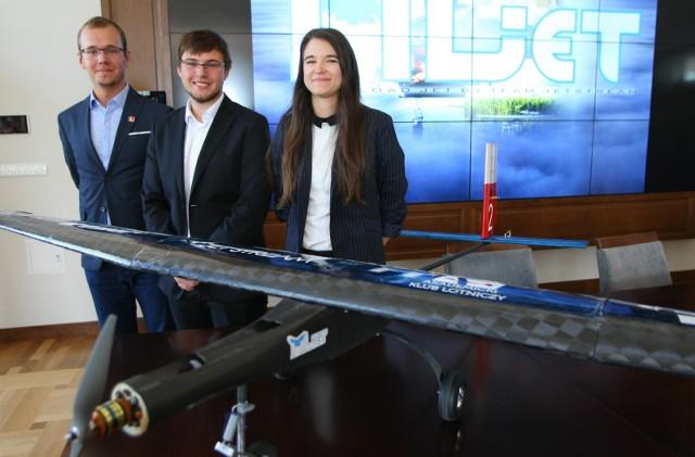 Od lewej: Krystian Chojnacki (pilot), Rafał Marcinkowski (koordynator), Marta Zarzeczna