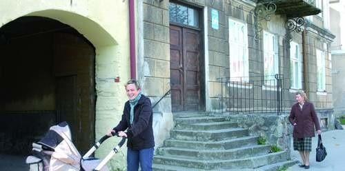 """Dwie szóstki, choć to szatański symbol, sprowadziły """"szóstkę"""" w Lotto dla lokatora tego domu w Wydminach. Iwona Sianko (po lewej) i Zofia Cieślińska cieszą się ze szczęścia sąsiada."""