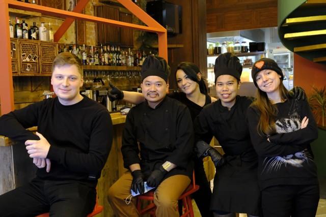 Już ponad 10 restauracji w Toruniu zdecydowało się otworzyć progi dla wygłodniałych klientów. Niektóre zapraszają testerów, inne wynajmują przestrzeń do pracy albo po prostu zachęcają do rezerwacji stolików. W Toruniu na miejscu w restauracji zjemy już zarówno przysmaki kuchni polskiej, tajskiej, indyjskiej, włoskiej czy kaukaskiej, jak i słodkie desery. A to nie wszystko! Kolejne knajpy już zapowiadają otwarcie. Sprawdźcie, gdzie zjecie przy stole.Czytaj dalej. Przesuwaj zdjęcia w prawo - naciśnij strzałkę lub przycisk NASTĘPNE