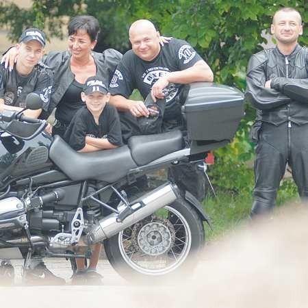 Rodzina w komplecie: Renata ze Szpilą oraz ich synowie: Bobek i Nikita. Z prawej Manfred, czyli Mariusz Kuźmiński, przyjaciel z Boxera.