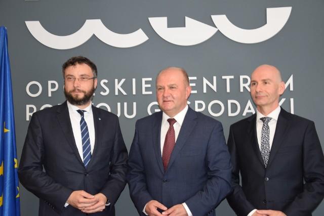 Roland Wrzeciono (z lewej) poinformował o swoim odejściu na dzisiejszej (12.05) konferencji prasowej. Wziął w niej udział również marszałek Andrzej Buła i Tomasz Hanzel (z prawej), który 14 czerwca stanie za sterami OCRG.