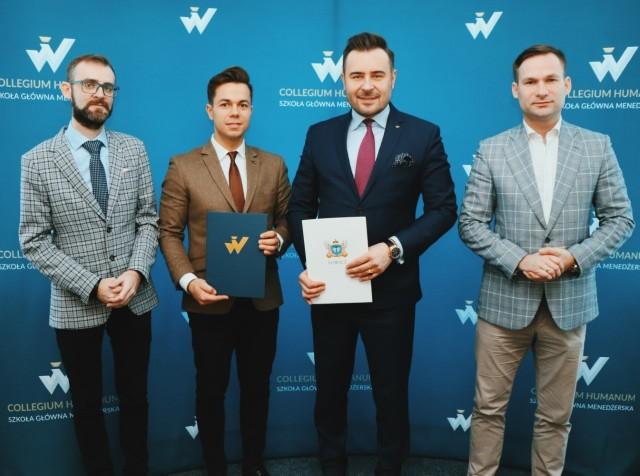 Stowarzyszenie Łączy Nas Łowicz podpisało porozumienie dotyczące współpracy z Collegium Humanum Szkołą Główną Menedżerską w Warszawie w zakresie uruchomienia studiów podyplomowych na kierunku podyplomowych MBA - Executive Master of Business Administration