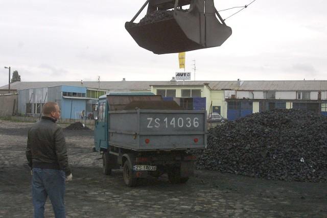 W składzie opału Węglobudu koks wczoraj był, ale już wcześniej został sprzedany. Po południu nie było po nim śladu.
