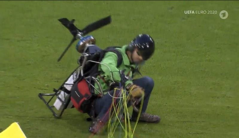 Euro 2020. Aktywista wylądował paralotnią na murawie. O krok od tragedii przed meczem Francja - Niemcy w Monachium