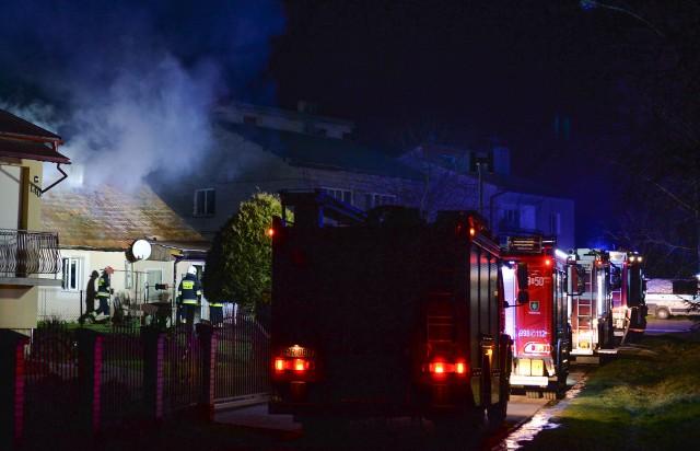 We wtorek około godz. 23 straż pożarna w Przemyślu odebrała zgłoszenie o pożarze drewnianego domu. Do Rożubowic wyjechały dwa zastępy PSP Przemyśl oraz OSP Medyka i OSP Ujkowice. - Mężczyzna, który przebywał w domu, próbował ratować swoje mienie. W chwili przyjazdu zastępów dym wydobywałsię spod pokrycia dachu i drzwi wejściowych. Strażacy podali dwa prądy wody od wewnątrz i jeden z zewnątrz - powiedział mł. bryg. Grzegorz Latusek z KM PSP w Przemyślu.Właściciel domu źle się poczuł i wezwano pogotowie ratunkowe. Mężczyzna nie wymagał jednak transportu do szpitala. Spaliła się część stropu i część więźby dachowej. W wyniku akcji gaśniczej ucierpiało wewnątrz domu. Strażacy nie ustalili przyczyny pożaru. Okoliczności powstania ognia wyjaśniają policjanci.
