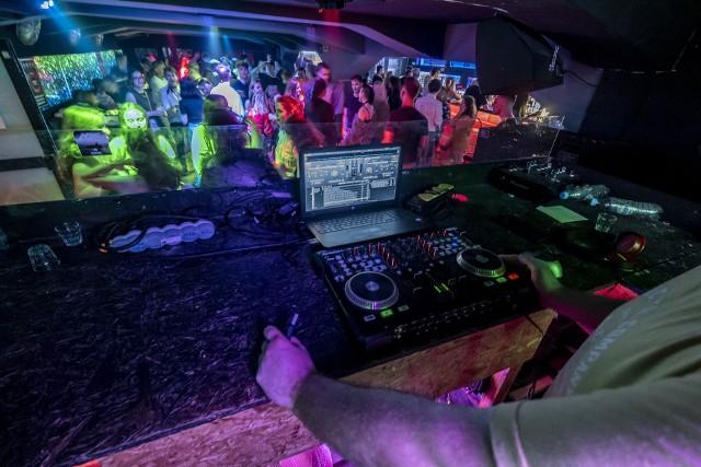 Już minutę po północy z 25 na 26 czerwca niektóre kluby nocne w Poznaniu wystartowały z imprezami tanecznymi w ramach kolejnego etapu luzowania obostrzeń. Nasz fotoreporter udał się do HaH w Poznaniu.  Sprawdź w galerii, jak poznaniacy bawili się ostatniej nocy w klubach tanecznych --->>> Poznań: Ponowne otwarcie klubów - wypowiedź współwłaściciela klubów HAH