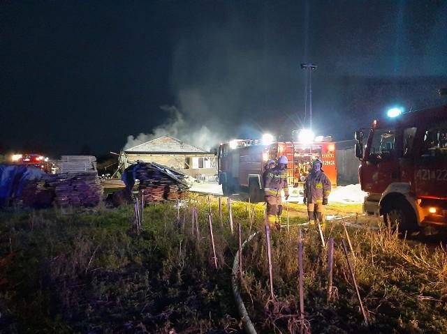 Pożar budynku stolarni w Nowewsi Chełmińskiej - w akcji brało udział 29 strażaków