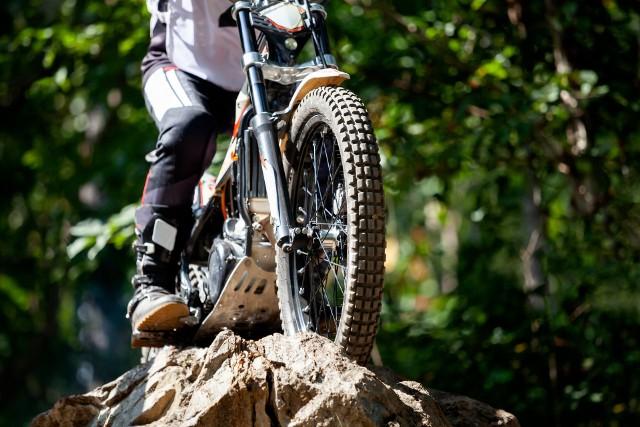 W lasach w podkieleckiej miejscowości ktoś zastawił pułapki na motocyklistów.