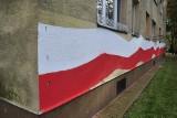 Kraków. Namalowali polską flagę na elewacji bloku mieszkalnego zniszczonego przez wandali