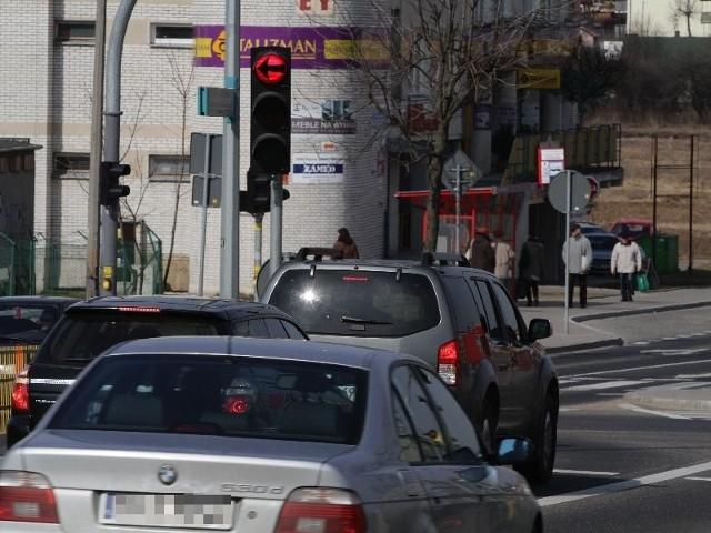 Kierowcy, którzy skręcają w lewo z ulicy Antoniuk Fabryczny w ulicę Swobodną uważają, że zbyt długo muszą czekać na zielone światło. Sygnalizacja nie zmienia się, mimo że na skrzyżowaniu nie ma aut ani pieszych.