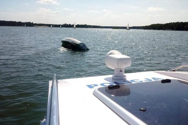 Żaglówką płynęli dwaj doświadczeni żeglarze. Na szczęście nic im się nie stało, z wody pomógł im wydostać się policjant pełniący służbę patrolową na jeziorze.