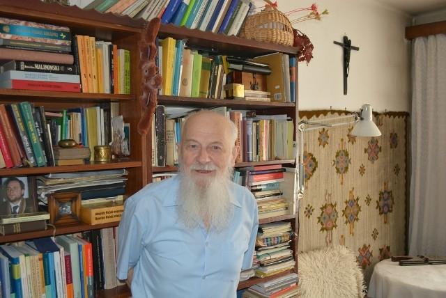 Profesor Walery Pisarek w swoim mieszkaniu w Nowej Hucie.