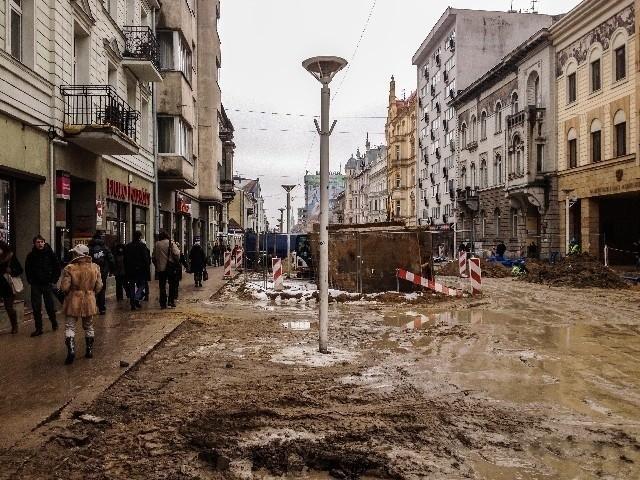 Błoto zalegające na remontowanej ul. Piotrkowskiej daje się we znaki pieszym.