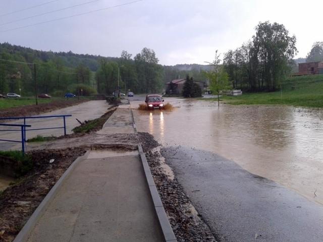 Oberwanie chmury w StraszydluPo gwałtownej burzy, w miejscowości Straszydle zostało zalane kilka dróg.