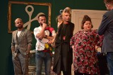 """Masa śmiechu na spektaklu """"Szalone nożyczki"""" podczas Lubuskiego Lata Kulturalnego 2021 w Dąbiu!"""