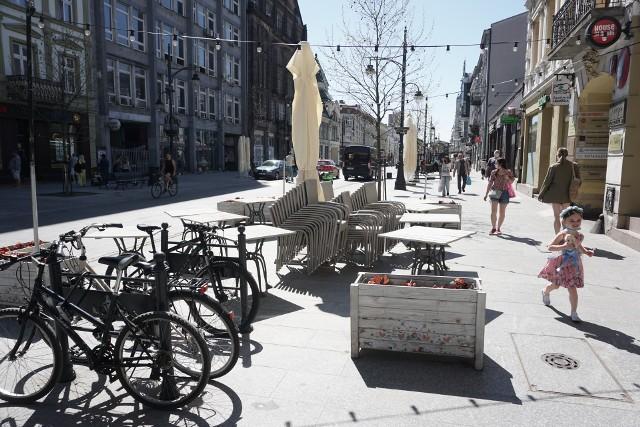 Na ulicę Piotrkowską od 15 maja wracają ogródki gastronomiczne. W sobotę ma się ich otworzyć aż 105.Gdzie będzie można usiąść? ZOBACZ NA KOLEJNYCH SLAJDACH