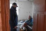 Policjanci w Myszkowie uratowali bezdomnego przed zamarznięciem