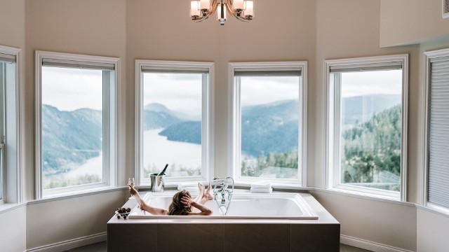 Komu jest zalecana ciepła woda, a kto jej powinien unikać? Oto najważniejsze wady i zalety gorącej kąpieli.