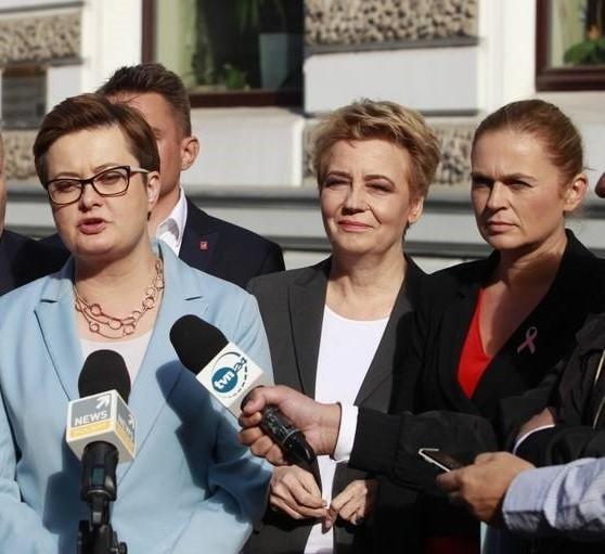 """Która z pań jest najbardziej wpływową kobietą w polskiej polityce? Które znajdują się w dwudziestce najbardziej wpływowych? Ba te pytania odpowiada sondaż United Surveys dla RMF FM i """"Dziennika Gazety Prawnej"""" przeprowadzony na próbie 1 tys. respondentów. Choć znajdziemy w jego wynikach kobiety z ze wszystkich stron sceny politycznej, wyniki sondażu są co najmniej zaskakujące.Szczegóły na kolejnych slajdach galerii zdjęć. CZYTAJ DALEJ >>>"""