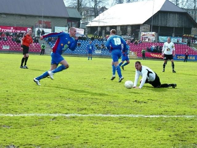 Sokółczanie (niebieskie stroje) w meczu ze Stalą nie potrafili pokonać golkipera gości
