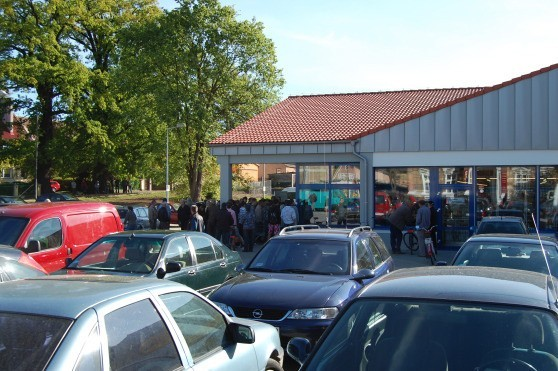 W miejscu planowanego budynku mieszkalno-usługowego przed sklepem Lidl powstał parking.