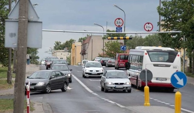 Pierwszym elementem jest budowa mostu z kładką pieszo - rowerową wzdłuż ulicy Niemodlińskiej oraz buspasem.
