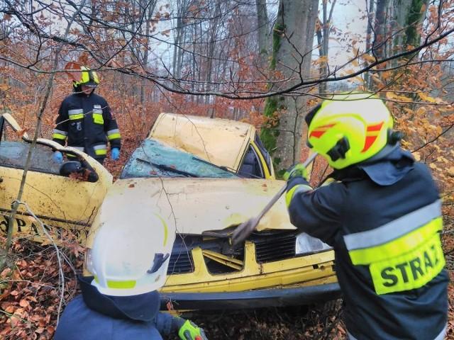 """W poniedziałek chwilę po godzinie 17, na drodze krajowej nr 11 za miejscowością Bobolice doszło do groźnie wyglądającego zdarzenia. Jak poinformowała nas policja, na tym odcinku doszło do dachowania auta osobowego. Ze wstępnych ustaleń wynika, że powodem zdarzenia było zasłabnięcie kierowcy. Mimo że mężczyzna został odwieziony do szpitala, zdarzenie zostało zakwalifikowane, jako kolizja. Nie ma w tym miejscu żadnych utrudnień.Zobacz także: Wypadek na krajowej """"6"""" koło Sianowa. Sześć samochodów rozbitych"""