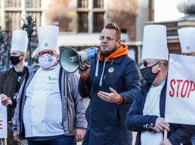 Kolejne restauracje i kluby zapraszają gości w ramach akcji oznaczonej hashtagiem OtwieraMY. – Ta akcja postępuje lawinowo, premier Morawiecki stracił nad nami władzę. Polscy przedsiębiorcy to nie są żadni kapitaliści i wyzyskiwacze, tylko ciężko pracujący, zwykli ludzie – mówi Paweł Tanajno, jeden z inicjatorów akcji OtwieraMY, lider Strajku Przedsiębiorców.