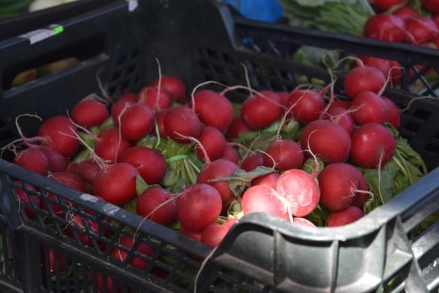 Pierwsze polskie nowalijki już są! Wciąż jeszcze nie ma młodych polskich ziemniaków, pojawią się najwcześniej pod koniec maja. Można kupić za to: młody szczypior, rzodkiewkę, truskawki, kapustę i sałatę.Zobaczcie, jakie są ceny nowalijek na targowiskach. Kierujcie się strzałkami, by przeglądać dalej.