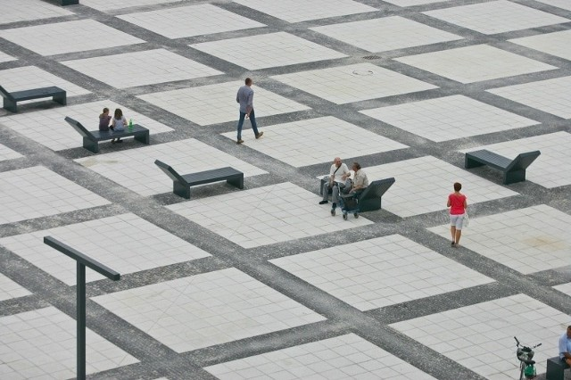 Plac Nowy Targ mógł być kolorowy. Stanęło na szaro-burej kostce