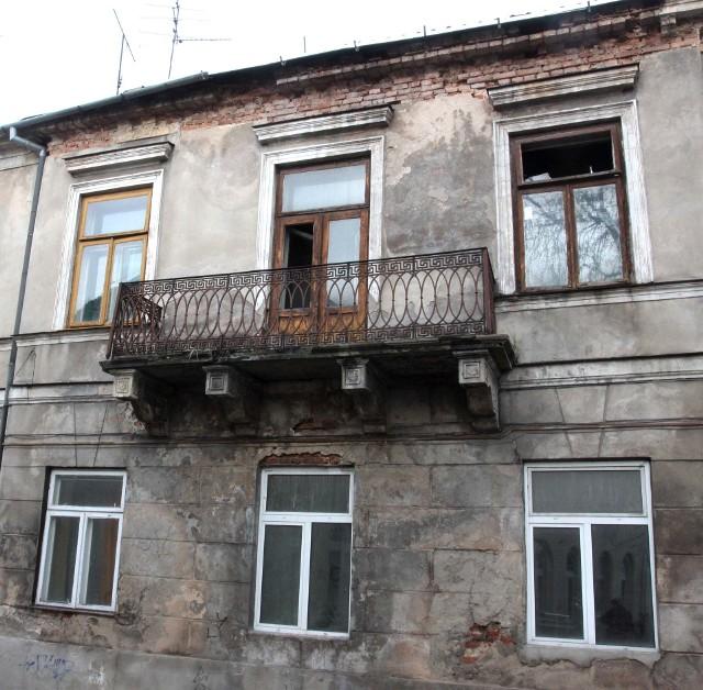 Budynek mieszkalny przy ulicy Dzikiej 2/4 w RadomiuW tym budynku przy ulicy Dzikiej 2/4 mieszkają ludzie. Tymczasem jest on w takim stanie, że powinien zostać wyłączony z użytkowania.