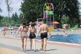 Kąpielisko Bugla w Katowicach jest pełne gości. Wesoła zabawa na basenie, w jacuzzi i na zjeżdżalniach to letni wypoczynek na Bugli