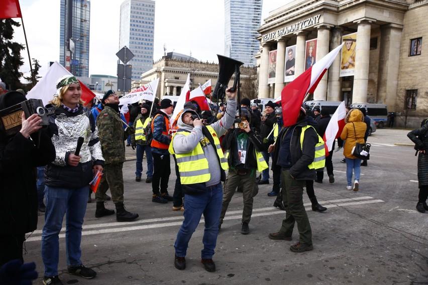"""Ulicami Warszawy przeszedł """"Marsz o Wolność"""". Ponad tysiąc osób zostało wylegitymowanych, blisko 800 wniosków o ukaranie"""
