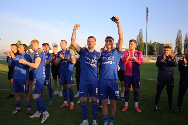 Piłkarze Ruchu Chorzów awans do II ligi świętowali po wygranej z Miedzią II Legnica. Teraz znów będzie na Cichej okazja do wspólnej zabawy z kibicamiZobacz kolejne zdjęcia. Przesuwaj zdjęcia w prawo - naciśnij strzałkę lub przycisk NASTĘPNE