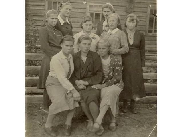 Przed barakiem w Kargowinie, 1941 r. Brygada dziewcząt, które pracowały przy wycince drzewa. W drugim rzędzie, w białej bluzce moja siostra Wanda.
