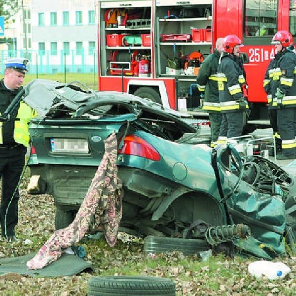Kierowca tego forda zginął wczoraj po południu przy ulicy Nowotoruńskiej w Bydgoszczy.