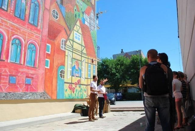 Przy budynku przy ul. Chrobrego w Strzelcach Krajeńskich uroczyście odsłonięto mural, który powstał na 730-lecie miasta.
