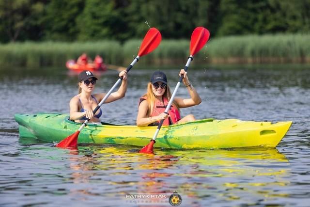 Piękne dziewczyny nad zalewem w Cedzynie koło Kielc na kolejnych slajdach.