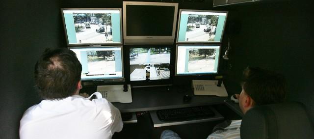 Monitory w samochodzie mobilnego centrum dowodzenia pokazują cała okolicę, gdzie pracują kamery i jednocześnie dokumentują wszystkie zdarzenia. Nie ma więc co tłumaczyć się, że to nie ja złamałem przepisy.