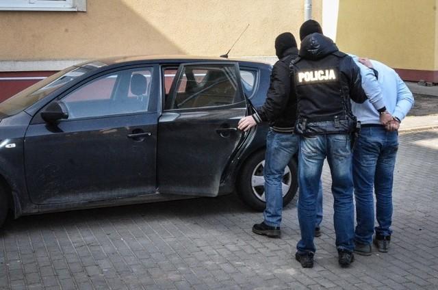 Policjanci z komisariatu policji w Skarszewach w miejscowości Bolszewo zatrzymali mieszkańca Warszawy podejrzanego o kradzież bankomatu