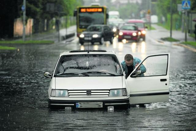 Przejazd ulicą w deszczu graniczy z cudem. Przekonał się o tym niejeden kierowca