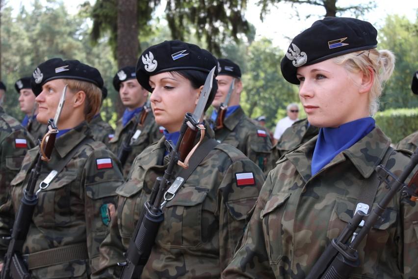 W wojsku służy coraz więcej kobiet. Muszą wykonywać te same...