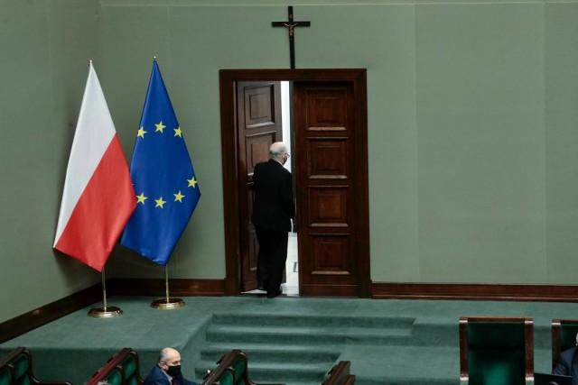 gdyby w najbliższą niedzielę odbywały się wybory do Sejmu, na Prawo i Sprawiedliwość zagłosowałoby 37,7 proc. badanych. (209 mandatów)
