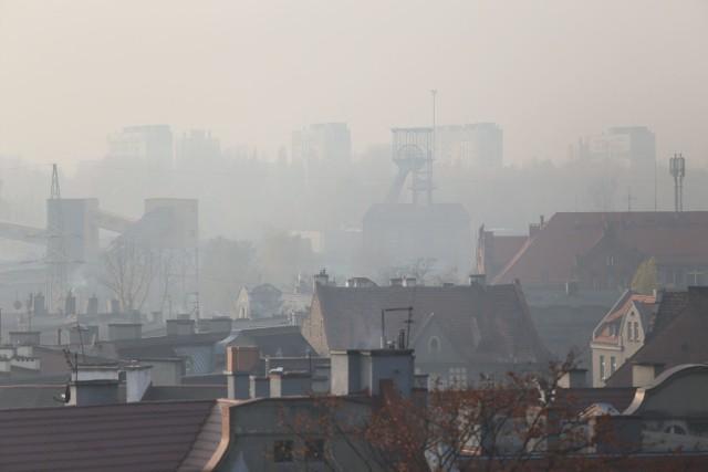Smog w Bydgoszczy. W nocy z czwartku na piątek wskaźniki jakości powietrza poszybowały w górę. Tak złego powietrza nie miało żadne miasto w Polsce! Stacje pomiarowe w Bydgoszczy wskazały EKSTREMALNE przekroczenia norm jakości powietrza w całym mieście.