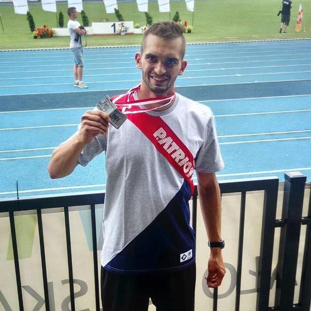Jacek Chochorowski z dwoma srebrnymi medalami zdobytymi w Krakowie.