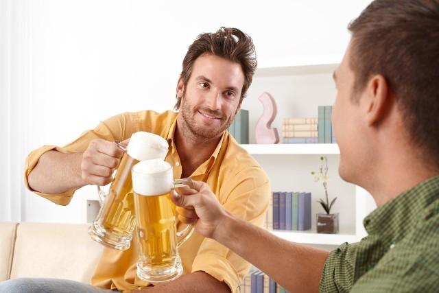 Jak pokazują badania, statystyczny Polak wypija rocznie 10,3 litra alkoholu. W pierwszej kolejności sięgamy po piwo, w drugiej po drinki na bazie wódki, a w następnej po wino. W ostatnich latach widać też tendencję wzrostową, po alkohol sięgamy częściej niż 25 lat temu. Okazuje się również, że alkohol odpowiada obecnie za wyższą liczbę zgonów niż choroby HIV, AIDS czy zapalenie płuc. Ile kalorii mają alkohole? >>>ZOBACZ NA KOLEJNYCH SLAJDACH>>>Te domowe aktywności pomogą Ci szybko spalić kalorie!