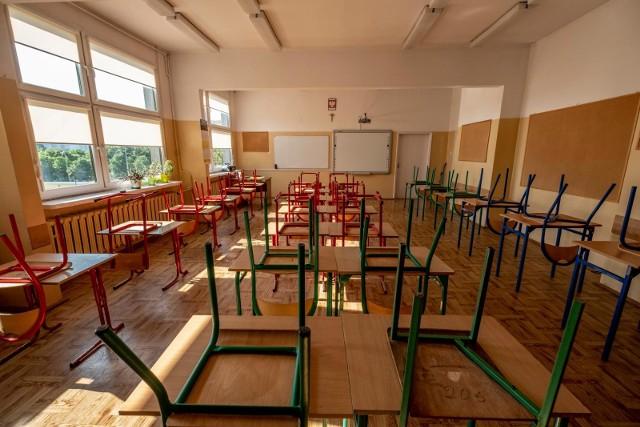 Czy uczniowie wrócą we wrześniu do szkół? Tak zapowiada Ministerstwo Edukacji Narodowej. Lekarka z poznańskiego szpitala zwraca jednak uwagę, że może to spowodować epidemiologiczne zagrożenie.