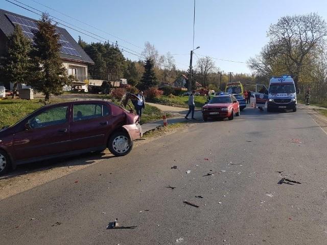We wtorek rano w Górnych Wymiarach zderzyły się audi i opel astra. - Poszkodowana została około 9-letnia dziewczynka, pasażerka jednego z aut - informują strażacy. - Do zdarzenia doszło na drodze powiatowej w Górnych Wymiarach, podczas manewru wyprzedzania. Kiedy ratownicy dotarli na miejsce wszyscy uczestnicy wypadku byli poza pojazdami. Ruch odbywał się wahadłowo. Strażacy udzielili pierwszej pomocy poszkodowanej. Zdecydowano o jej przetransportowaniu do szpitala w Grudziądzu. Co jeszcze minionej doby działo się na drogach powiatu chełmińskiego?- W Paparzynie, na drodze powiatowej nr 1611, kierujący roverem uderzył w przebiegającą przez jezdnię sarnę - informuje podkom. Tomasz Manuszewski, zastępca naczelnika WPiRD w KPP Chełmno. - Natomiast w Lisewie, na ul. Chełmińskiej, kierujący fordem 77-letni mieszkaniec gminy Lisewo podczas wykonywanego manewru cofania uszkodził volkswagena golfa. Sprawca zdarzenia był trzeźwy, został pouczony. Flash INFO, odcinek 10-  najważniejsze informacje z Kujaw i Pomorza.