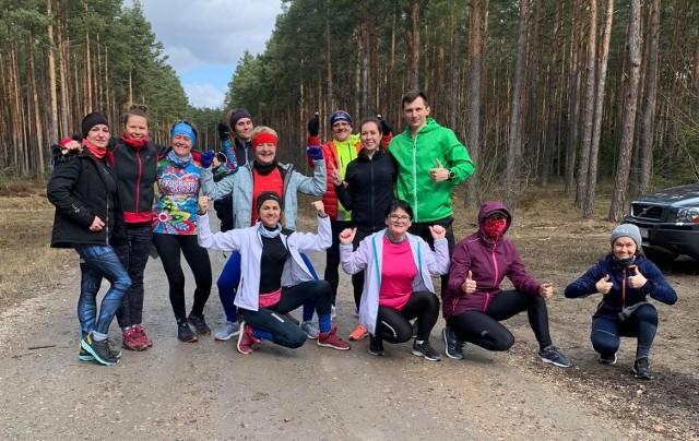 W niedzielę odbyła się kolejna akcja biegowa z udziałem Wiolety Jończyk, która najpierw poprowadziła rozgrzewkę, a później bieg w lesie. Zbiórka była między Sukowem a Niestachowem, a do pokonania dwa dystanse do wyboru - o długości 12,5 km oraz 10 kilometrów. Biegam Bo Lubię Lasy Daleszyce - kolejna aktywna niedziela i wspaniała atmosfera.Galeria zdjęć na kolejnych slajdach.(dor)