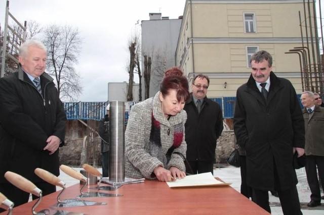 Od lewej: Ryszard Grzyb, Helena Gontarz, Janusz Kamiński i Wojciech Lubawski podpisują akt erekcyjny